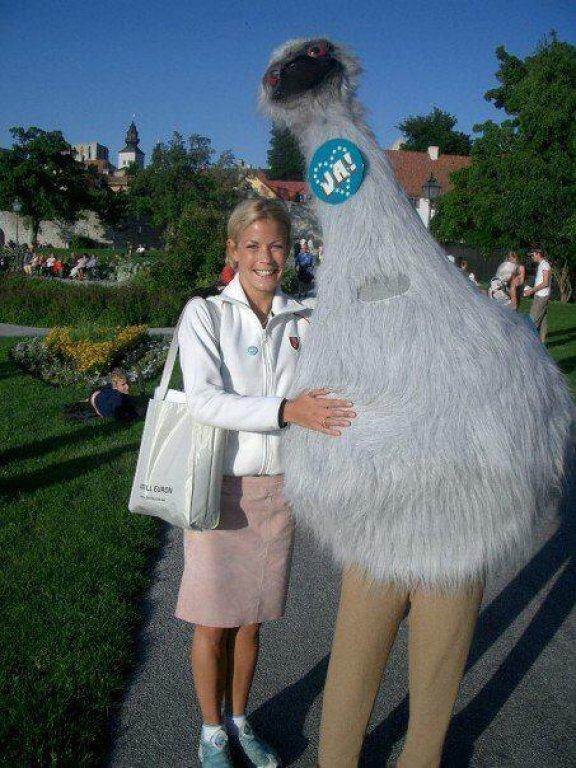 """Inte ens en satiriker kunde förutse att MUF skulle klä ut sig till struts (emu) med argumentet: """"Emu:n är en stor fågel i Australien, som inte kan gå baklänges. Den har båda fötterna stadigt på jorden och går framåt."""""""
