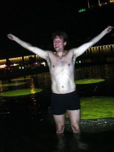 Jag badar i Sergelfontänen tidig morgon den 15 september, efter att Sverige röstat nej till euron.