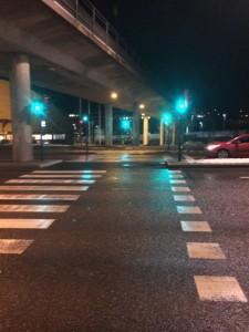 ... och sedan korsa trafiken längs Lidingövägen här.